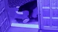 Cami cemaatinin ayakkabısını çalan sevimli hırsız kamerada