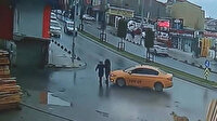 Yolun karşısına geçen iki kadına çarptı