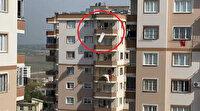 Sinir krizi geçirdi eşyaları balkondan fırlattı