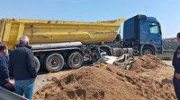 TEM'de feci kaza: Toprak dolu kamyon otomobilin üstüne devrildi