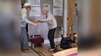 Kovid-19'un ayırdığı İngiliz yaşlı çiftin aylar sonra duygulandıran buluşması kamerada