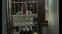 Adana'da tepki çeken görüntü: Yerde tekmelediği kadını dakikalarca darp etti