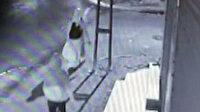 Yaşının iki katı suçu bulunan kapkaççı kamerada