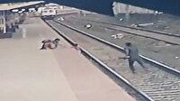 Hindistan'da raylara düşen çocuk son anda kurtarıldı