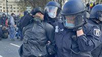Alman polisi hükümetin Covid-19 politikasını protesto eden göstericileri yerlerde sürükledi