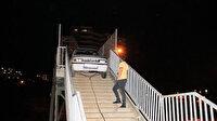 Adana'da yaya köprüsünden geçmeye çalışan otomobil korkuluklara sıkıştı