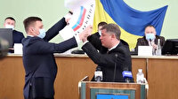 Ukrayna'da meclis toplantısında ortalık karıştı: Rus bayrağını boynuna asmaya çalıştı