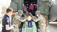 Kahraman Mehmetçik Suriyeli çocukların yüzünü güldürdü: Allah Türk askerini korusun