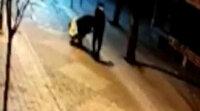 Bağcılar'da hırsızlar çaldıkları çelik kasayı el arabasına koyup götürdü