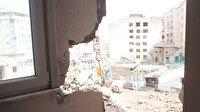 Yıkım sırasında bitişikteki evin duvarı delindi: Deprem oldu sanıp sokağa döküldüler