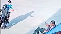 Mersin'de kaldırımda oturan adama silahlı saldırı kamerada