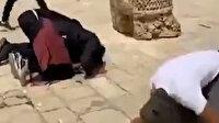 İsrail askerlerini çıplak elleri ile püskürten Filistinlilerden Mescid-i Aksa'da şükür secdesi