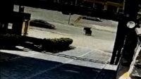 Malatya'da ilginç kaza: Otomobil rüzgarın yola ittiği çöp konteynerine çarptı