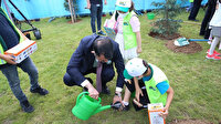 Bakan Kurum'un zorlu görevi: Minik çevre müfettişinin ayakkabısındaki çamurları temizledi