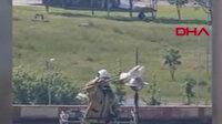 Aydınlatma direğine kanadı takıldığı için uçamayan martıyı itfaiye ekipleri kurtardı