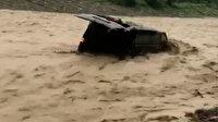 Samsun'da sele kapılan araç böyle sürüklendi