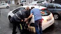 Şişli'de iki aydır onarılmayan ve şikayet üzerine kumla doldurulan çukura otomobil düştü