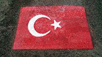 """Kızıldağ'a """"Türk Bayrağı"""" imzası: 23 asker 138 ton taşla şehitler için yaptı"""