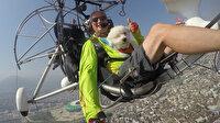 Bursa'da yamaç paraşütü pilotu köpeğinin doğum gününü gökyüzünde kutladı
