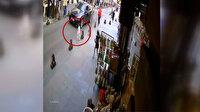 Ablasının elinden yola fırlayan küçük çocuğu sürücünün dikkati kurtardı