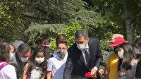 Bakan Selçuk öğrencilerle Meclis'teki 15 Temmuz Şehitleri Anıtı'na karanfil bıraktı