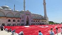 Çamlıca Camii avlusunda 2 bin 71 metrekare Türk bayrağı açıldı