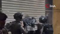 Kudüs'teki Bab al-Amud bölgesini kapatan işgalci İsrail güçleri Filistinli gence sert bir şekilde saldırdı