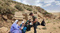Zorlu yolları aşıp 2 bin 500 rakımlı dağda kalan göçerleri aşıladılar
