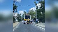 Sarıyer'de arızalanan İETT otobüsünü yolcuların ittiği anlar kamerada