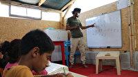 Suriye'deki iç savaştan kaçtı şimdi çadırda yaşayan mülteci çocuklara okuma yazma öğretiyor