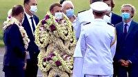 Macron'a çiçekli karşılama alay konusu oldu: Yürüyen çiçek