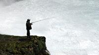 Şelale kıyısında tehlikeli balık avı görenleri şaşırttı
