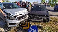Sakarya'da feci kaza: İki araç kafa kafaya çarpıştı vatandaş yolu kapattı