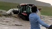 Sel suları içinde kalan akrabasını traktörle kurtardı