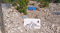 Selde molozların altında kalan şehit mezarını askerler temizledi