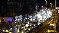 Avcılar'da gece yarısı bina yıktılar: Sürücüler 4 kilometrelik yolu bir buçuk saatte geçti