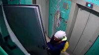 Rusya'da üzerine çelik kapı devrilen genç kız kameraya yansıdı