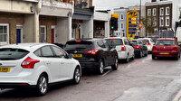 İngiltere'de yakıt krizi devam ediyor: Benzin istasyonları önünde uzun kuyruklar oluştu