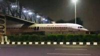 Hindistan'da uçak köprünün altında sıkıştı: Videosu viral oldu