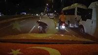 Yola kağıt paralar saçıldı: Yayalar ve sürücüler toplamak için birbiriyle yarıştı