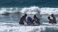 Denizde boğulma tehlikesi geçirdi: Yardımına büfe çalışanı ve iki sörfçü yetişti