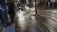 Cadde nehre döndü: Kentte içme suyu hattı patladı, iş yerlerini gece yarısı su bastı