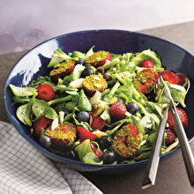 Fıstıklı ve Yaban Mersinli Salata