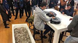 روسي يشتري هاتف آيفون باستعمال الفكة المعدنية!