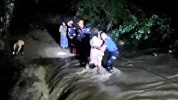 Şiddetli yağış sonrası köprü çöktü: Mahsur kalan aileyi ekipler kurtardı