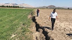 Bilinçsiz su kullanımı tarım arazileri için büyük tehdit: Dinar'da 1 kilometrelik yarık oluştu