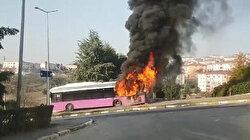 Seyir halindeki belediye otobüsü alev alev yandı: Otobüs kullanılmaz hale geldi