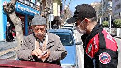 65 yaş ve üstü banka kuyruklarında polise yakalandı