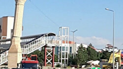 Yıkılan caminin bir tek minaresi kalmıştı halat yardımıyla o da yıkıldı
