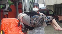 Evde karantinaya alınacak yaşlı kadından yakınları çekinince sağlık çalışanı kucağında taşıdı
